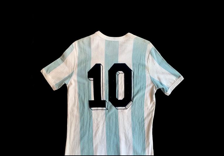 Subastan camiseta de Maradona